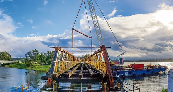 Borger Cranes recently completed a complex lift for NSW Roads and Maritime Services (RMS) involving the removal of timber truss spans from the Old Sportsman Bridge in Lawrence.