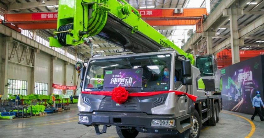 Chinese construction machinery manufacturer Zoomlion has developed one of the world's first full electric-powered truck crane.